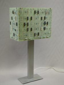 Lampe de créateur circuits imprimés sur pied acier verni